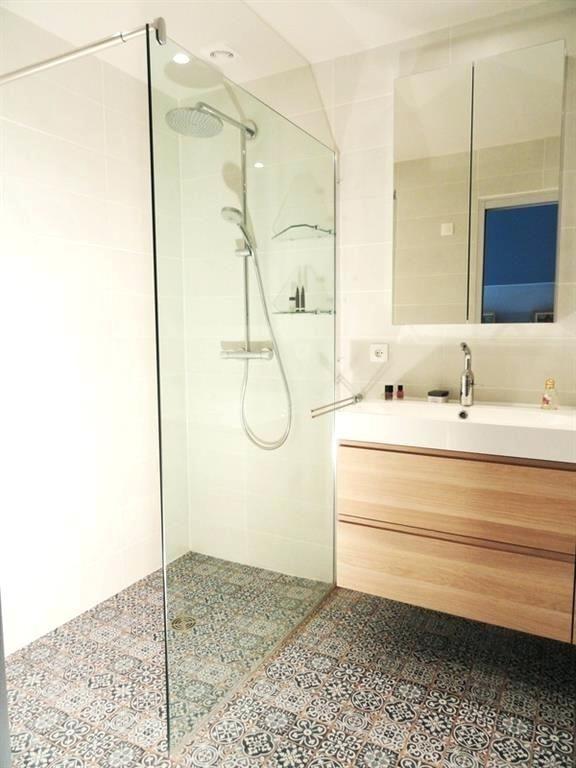 Petite Salle De Bain Italienne Petite Salle De Bain Moderne Avec Douche Italienne Small Bathroom Remodel Bathroom Design Bathroom Inspiration