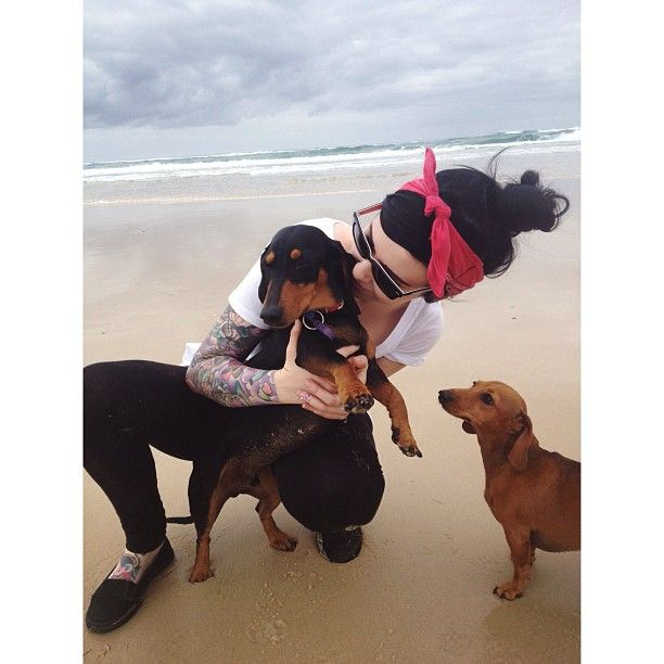 Fun morning at the beach with Pickles, Bonnie and @sara_deevine 🐶🐶 #puppylove #picklesthedachshund #sausagedogs