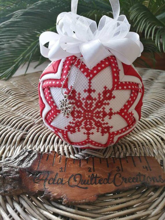 Christbaumkugeln Kariert.Snowflake Quilted Christmas Bauble Quilted Ornament Cross