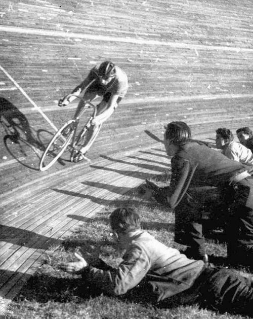 classicvintagecycling: Fausto Coppi, The Hour, 1942.