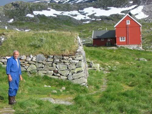 Un alto en el camino, un agricultor alcanza el primer punto de descanso. Noruega