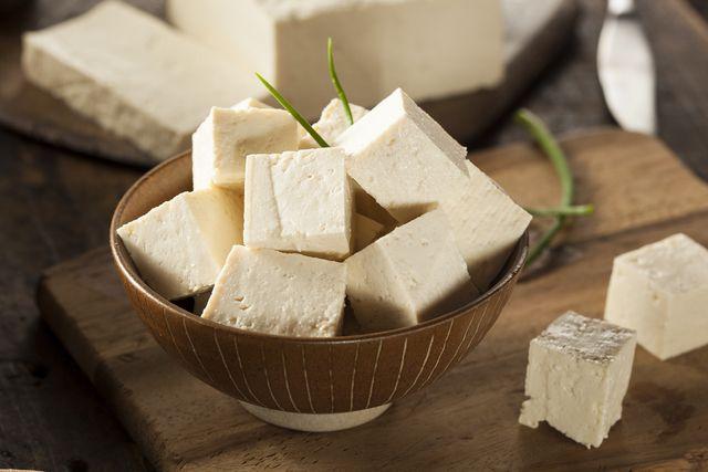 今インターネット上で「冷凍豆腐」がお肉みたいな食感で美味しいと話題のようです。作り方や冷凍豆腐を使った激ウマレシピをご紹介致します。