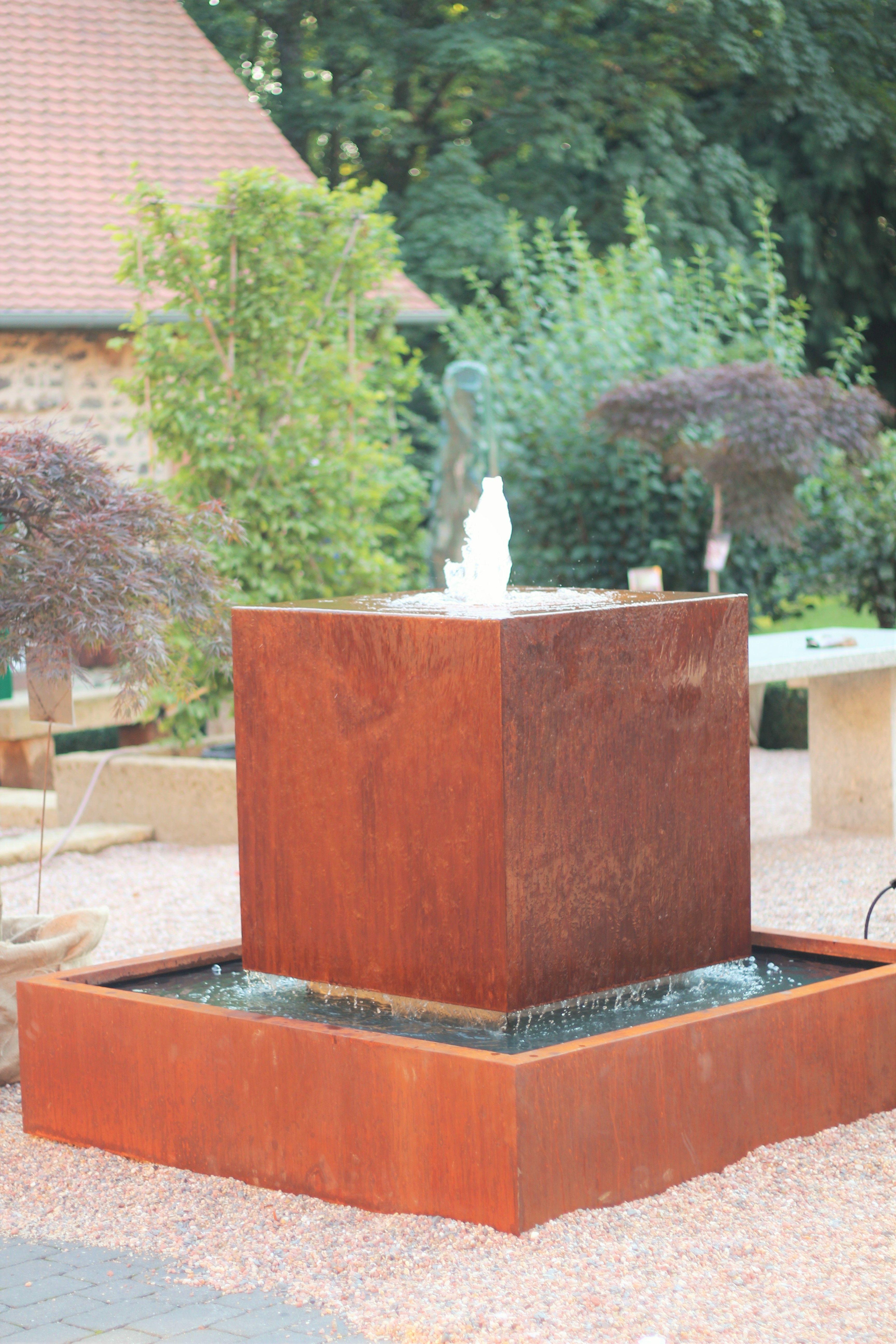 wasserspiel springbrunnen brunnen cortenstahl kubus schwebender wrfel wasser im - Ideen Garten Brunnen Bauen Wasserspiele Brunnen Garten Beton Edelstahl Selber Machen