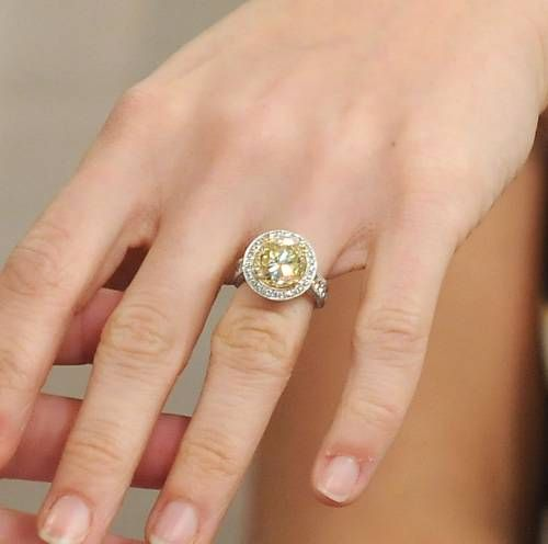 Carrie Underwood S Gorgeous Ring That Her Hubby Gave Her Carrie Underwood Wedding Ring Carrie Underwood Engagement Ring Fancy Yellow Diamond Engagement Rings