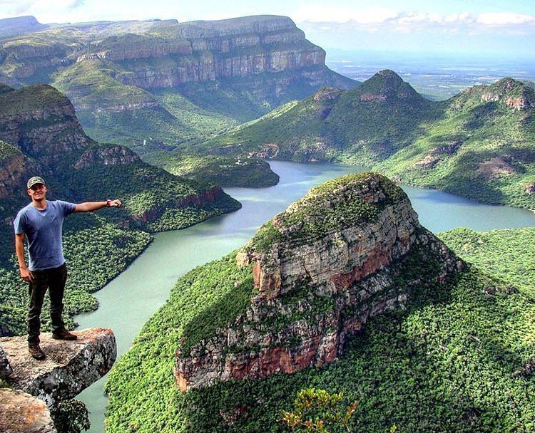 Uma das maiores reservas naturais do mundo é a Blyde River Canyon que fica em Mpumalanga na Africa do Sul. O lugar também é um dos maiores canyons do mundo e possui paisagens espetaculares. . A reserva natural conta com mais de 29 mil alqueires e mirantes incríveis com o Gods Window dão para vistas impressionantes da Escarpa de Klein Drakensberg. De lá também é possível ver as quedas do Blyde River Canyon com 800 metros até o leito do rio. Demais!! . Foto: @julianomelao Local: Blyde River…
