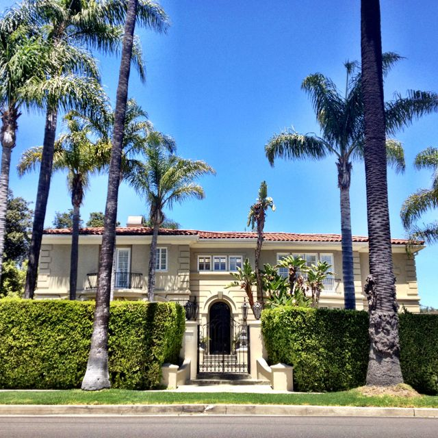 The Former Home Of Larry King In The Flats Of Beverly Hills Hollywood Homes Celebrity Mansions Celebrity Houses