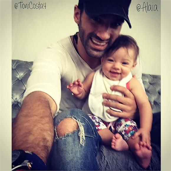 """""""Corre Corre papi vamos a hacernos un #selfie!!!!! .@alaia"""", escribió Toni Costa en su cuenta de Instagram, el 26 de septiembre de 2015.RELACIONADO: Adamari López bautizó a Alaïa en Puerto Rico"""