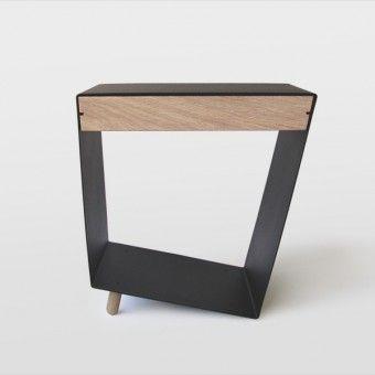 Ein Kleiner Tisch Von Chris Ruby Mit Ablage Fur Magazine Und