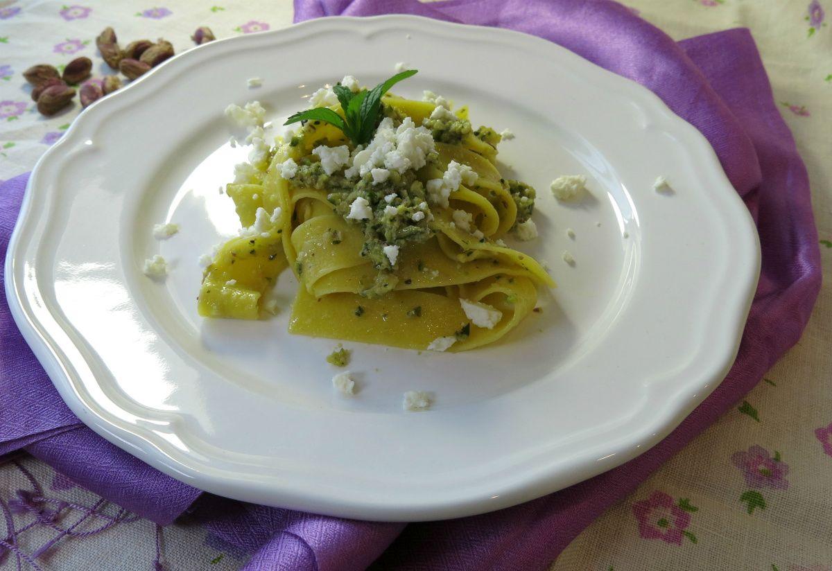 queste pappardelle al pesto di zucchini e pistacchi, sono una vera sorpresa. Inspirato da una ricetta che ho trovato sulla rivista La Cucina Italiana...