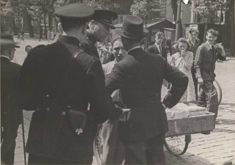 1941. Police officers at the Vijzelgracht in Amsterdam are questioning a young man for insulting national socialism. Photo Stadsarchief Amsterdam / Bart de Kok. #amsterdam #1941 #worldwar2 #Vijzelgracht