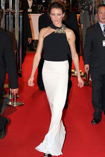 Cameron's amazing physique was on full display in a sleek black and white gown at The Holiday premiere in Japan.