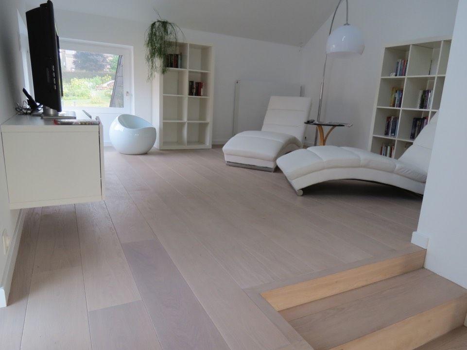 Moderne Houten Vloeren : Moderne woonkamer met een strakke houten vloeren in een lichte