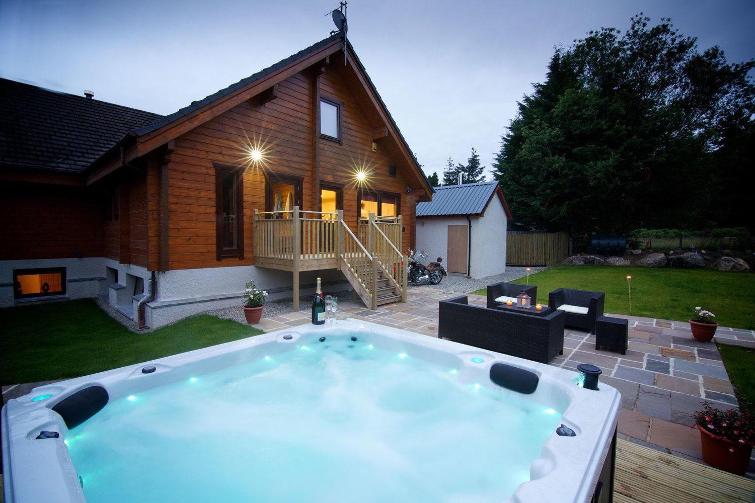 Big Husky Lodge, 8bed, Aviemore Lodges with hot tubs