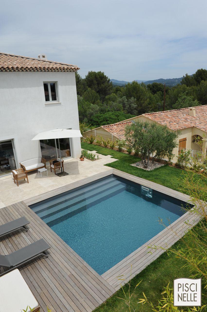 Une piscinelle en parfaite harmonie avec son environnement for Piscine carree enterree