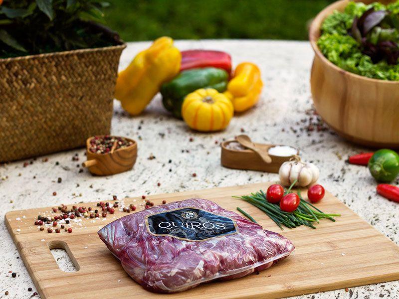 Lombo de Cordeiro Quirós Gourmet - Corte sem osso e de pura carne, o lombo fica perfeito grelhado na frigideira. Extremamente versátil para combinação de molhos e acompanhamentos. Embalagem tem peso médio de 700g. www.quirosgourmet.com.br