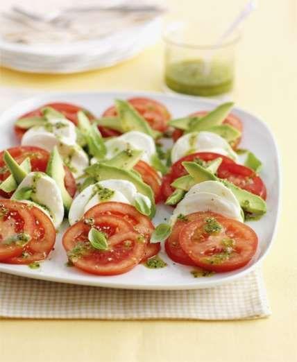 Lave os tomates e corte em l$aminas finas. Corte bolas de mussarela em fatias igualmente. Alterne to... - Receitas sem Fronteiras