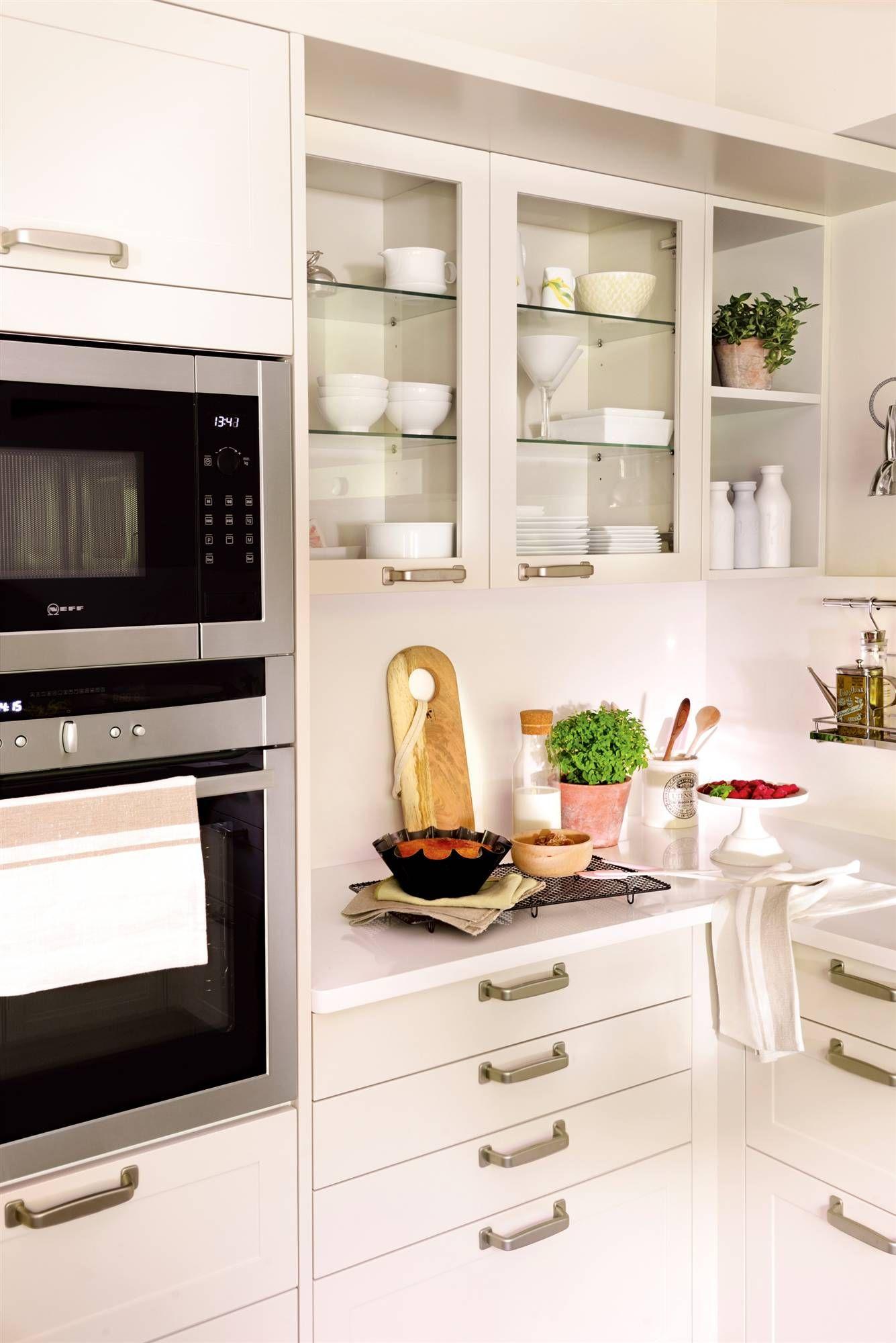 Columna de electrodomésticos y muebles de cocina en blanco con ...