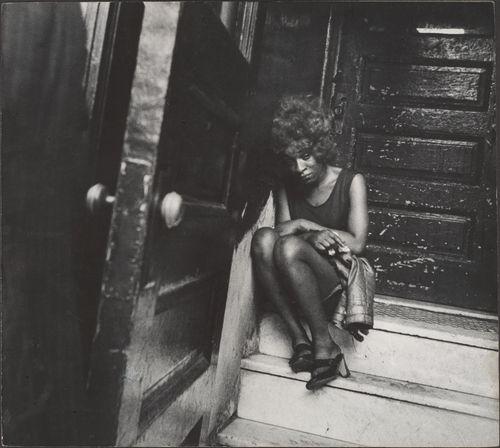 Leon-Levinstein-Street-Scene-Exhausted-Woman-Seated-on-Stoop-New-York-City-1970s.jpg 500×448 pikseli