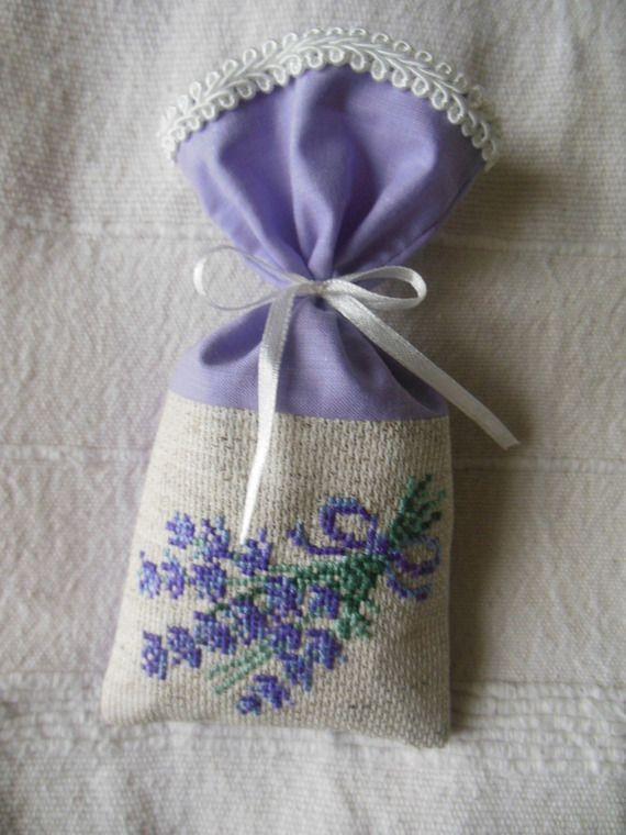 sachet garni de lavande avec broderie au point de croix sachets de lavande lavender lavan. Black Bedroom Furniture Sets. Home Design Ideas