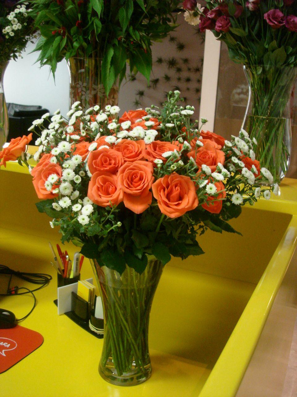 158 Vaso Com Gracioso Arranjo Com Rosas Cor Laranja E Mini