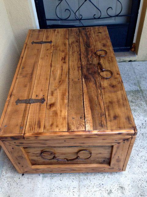 Mesa rústica de tronco o pecho de manta. Tronco