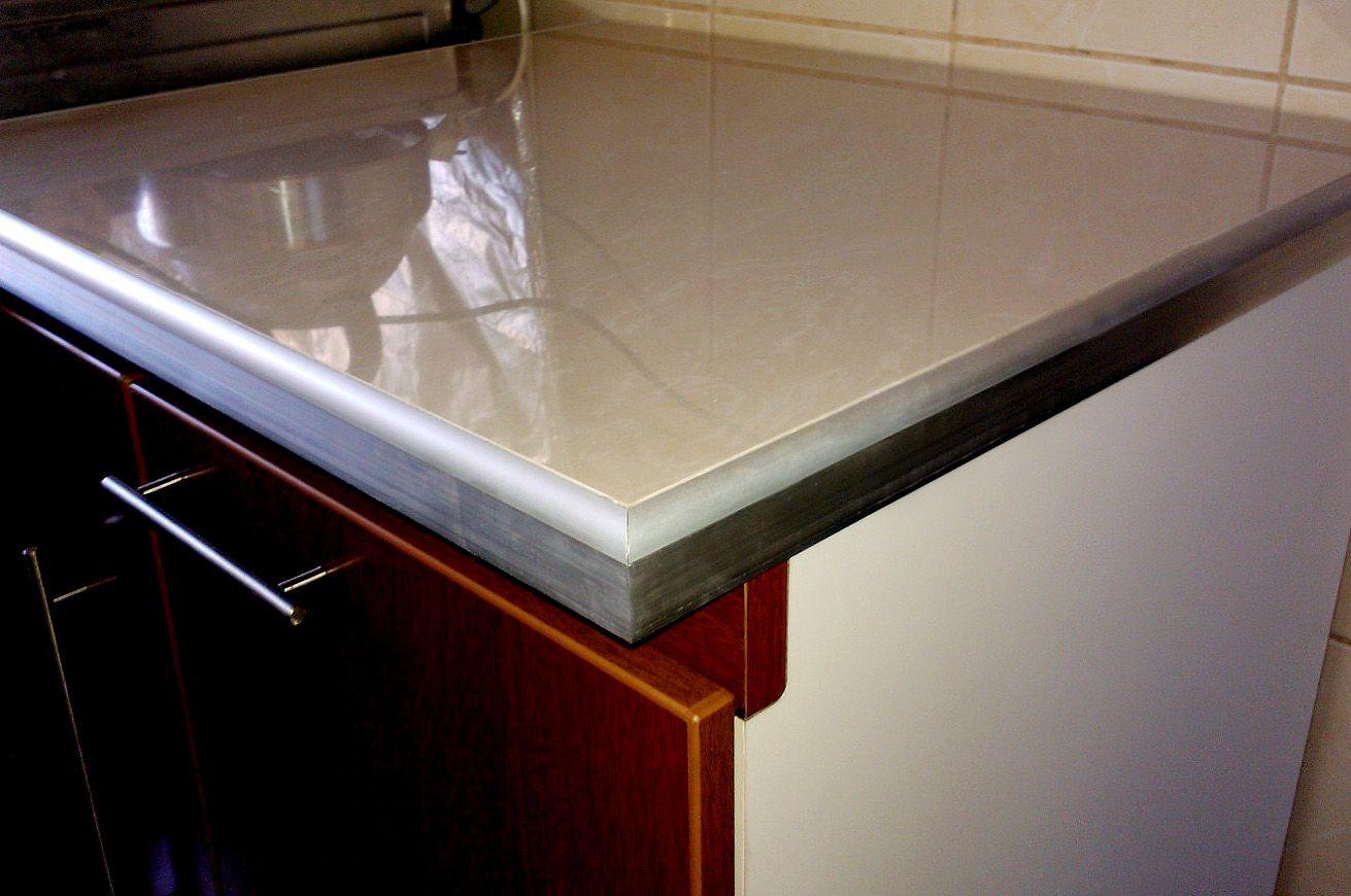 Elegante mesada de cocina realizada con porcelanato y for Mejor material para encimeras de cocina