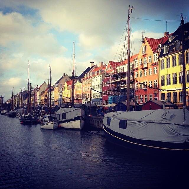 #Kopenhag liman bolgesi #nyhavn #copenhagen #aniyakala #durdurzamani #vikings #travelpics #seyahat #street_photo_club #streetphotography #travelgram #turkinstagram #pictureoftheday #picoftheday #photoftheday
