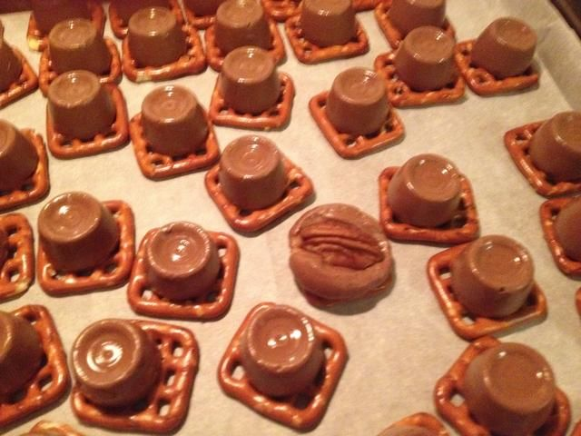 how to make pretzels with rolos and pecans