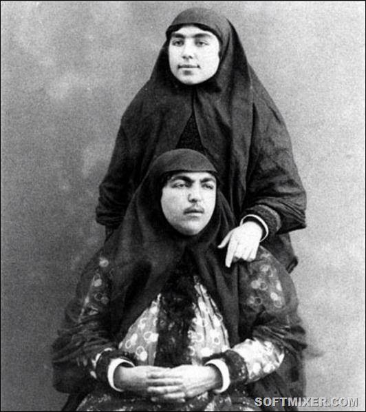 Несравненная Анис аль-Долех (сидит).  Фотографии женщин оспаривают общепринятое представление о жизни в гареме – шахские жёны выглядят вполне современными для того времени и уверенными в себе, они спокойно смотрят в объектив фотоаппарата, не кокетничая и не робея.