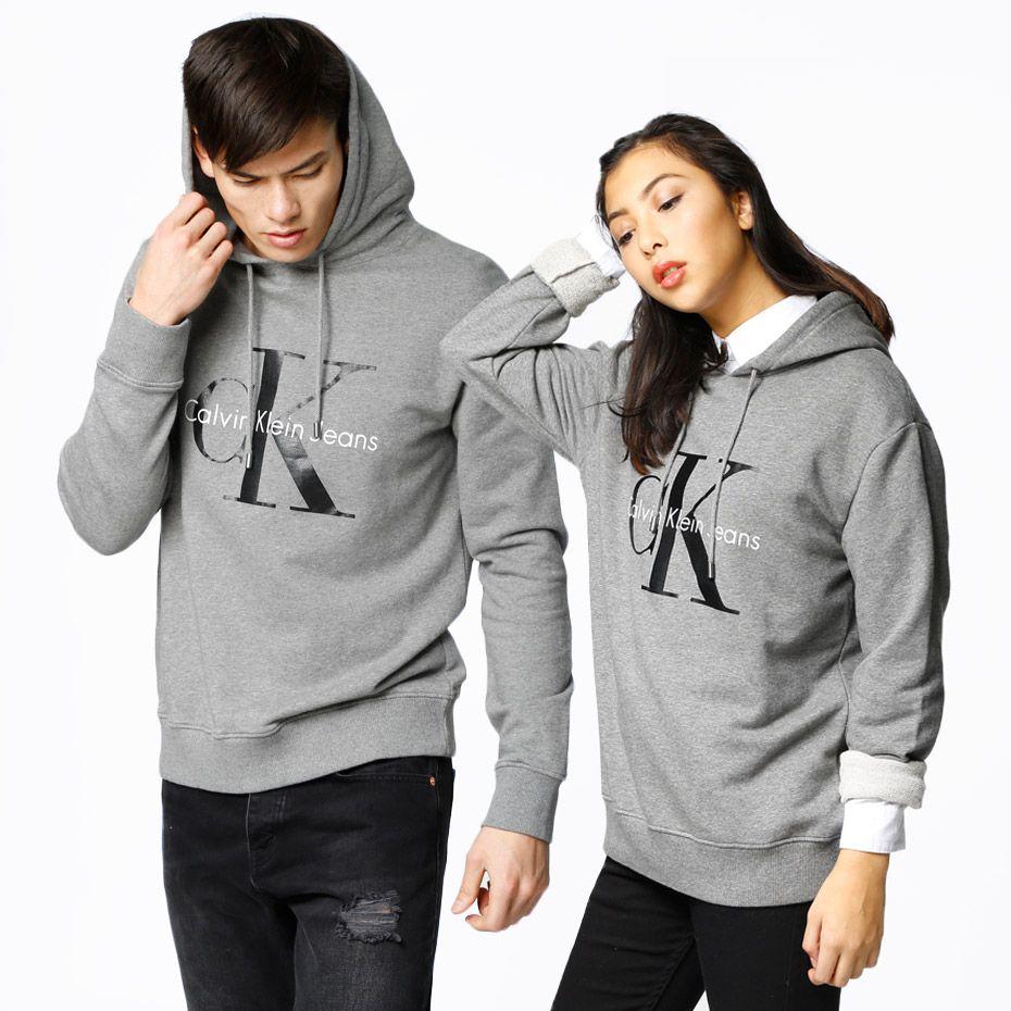 Hoodie fra Calvin Klein Jeans. Materiale: 100% Bomuld. Modellerne er 168 resp. 188 cm og er fotograferet i str S og L.