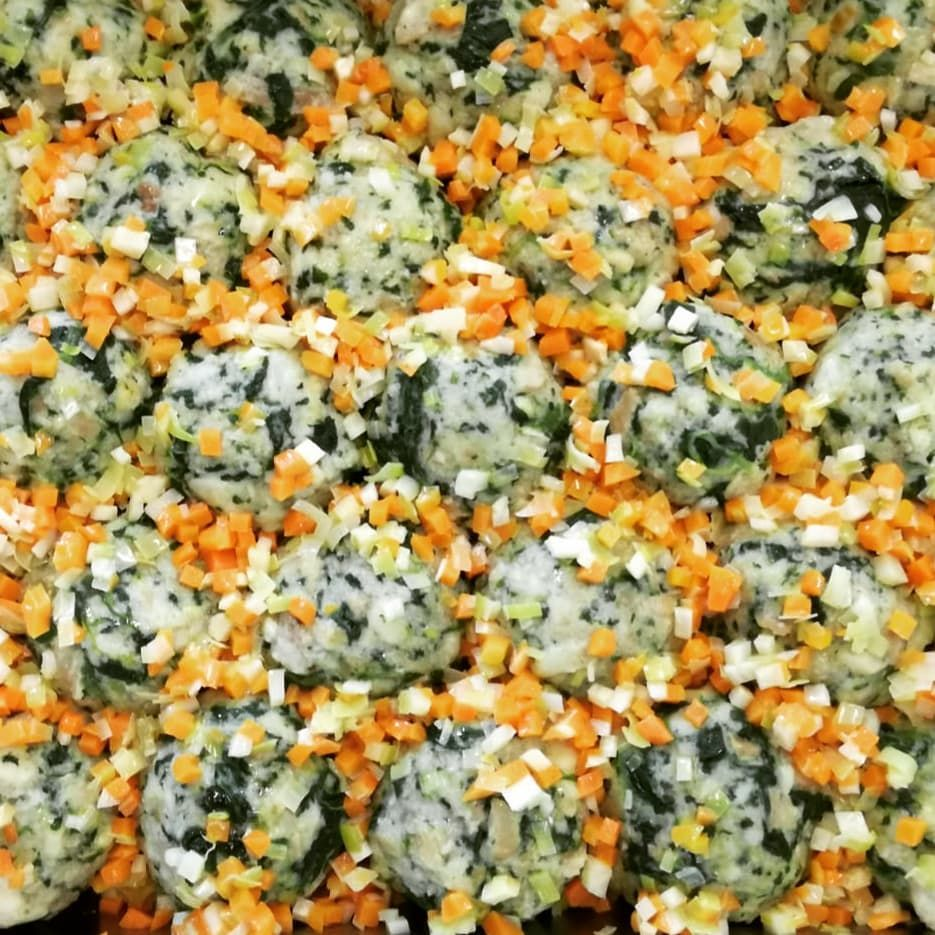 Knödelliebe - Spinatknödel mit flüssigem Käsekern auf Gemüsebett . . . . . .