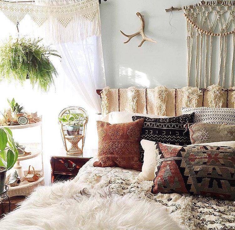 I LOVE THIS BEDROOM very cozy airy. Elegant bedroom