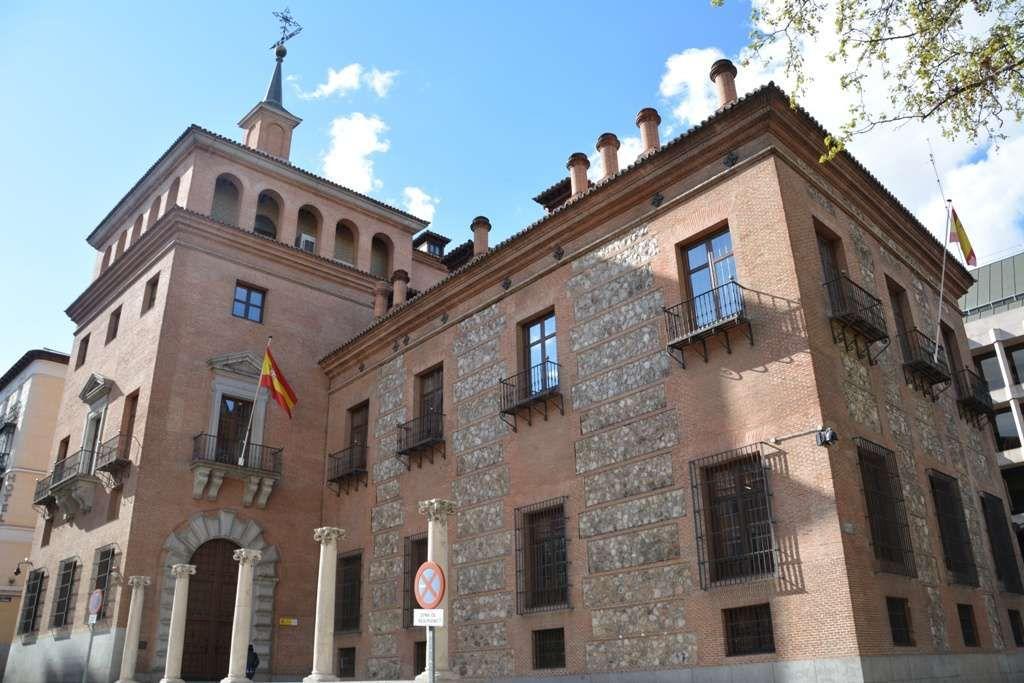 Casa De Las Siete Chimeneas Plaza Del Rey 1 C De Las Infantas 31 1577 Juan De Ledesma Secretario De Antonio Pér Chimeneas Miradores Madrid Casas