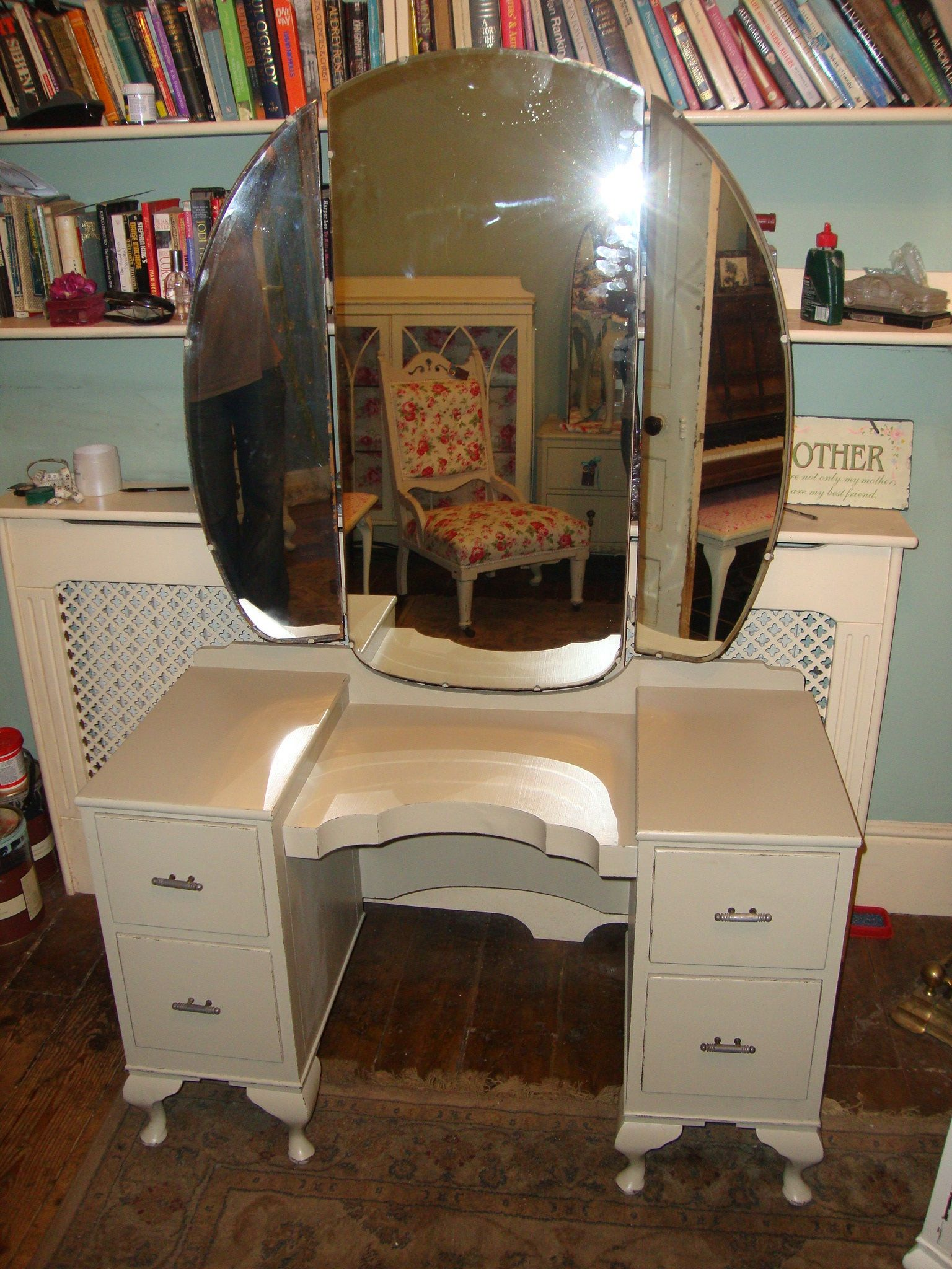 Beautiful 1930s Dressing Table With Triple Mirrors In Light Gray.