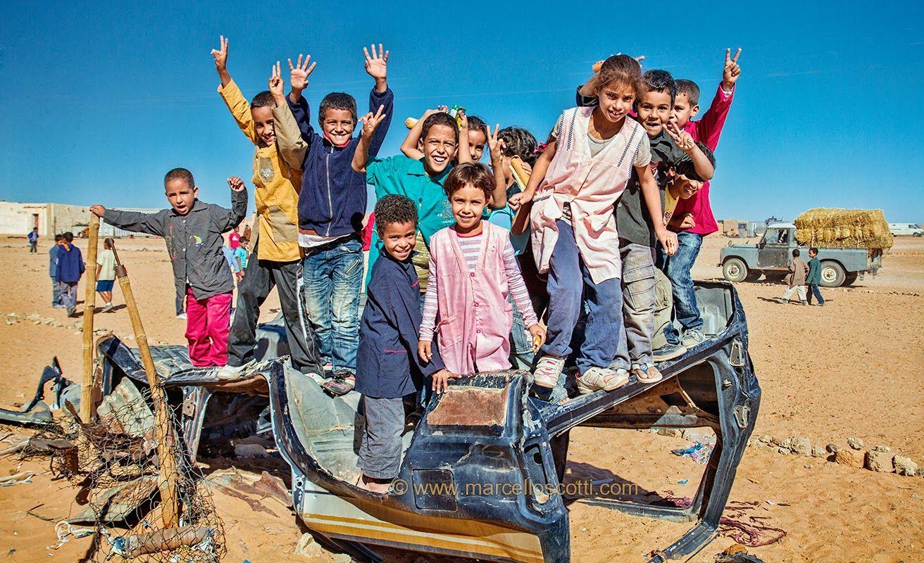 Marcello Scotti Photography Cuando El Desierto Del Sáhara Es A La Vez Hogar Patio De Recreo Escolar Y Lo Que D Desierto Sahara Patios De Recreo Campamento