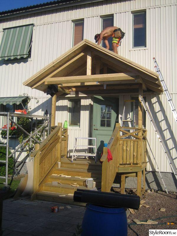 Ska bygga en ny trappa i trä + räcke & även bygga ett tak (sadeltak) över. Det ska bli spottar i trappan & i taket.