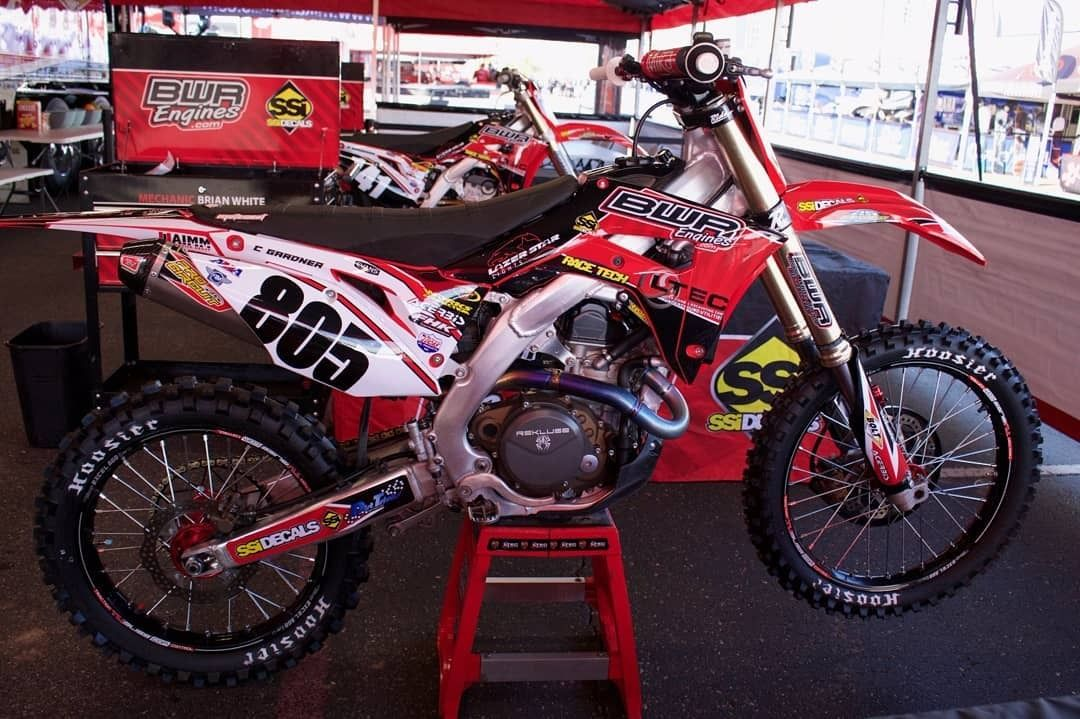 Lots of bikes in the @SupercrossLIVE pits that are running