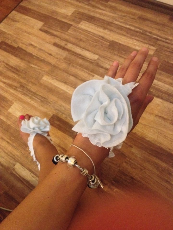 Felt rose anklet (foot thong) by BEADinSPACE. Can be also worn as a hand decoration. Beach wedding ideas.