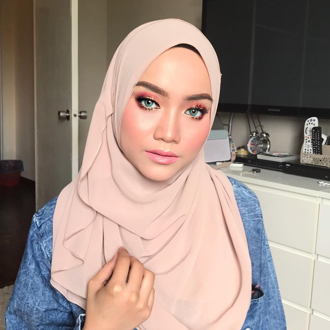 Makeup On Nia Halim For A Photoshoot