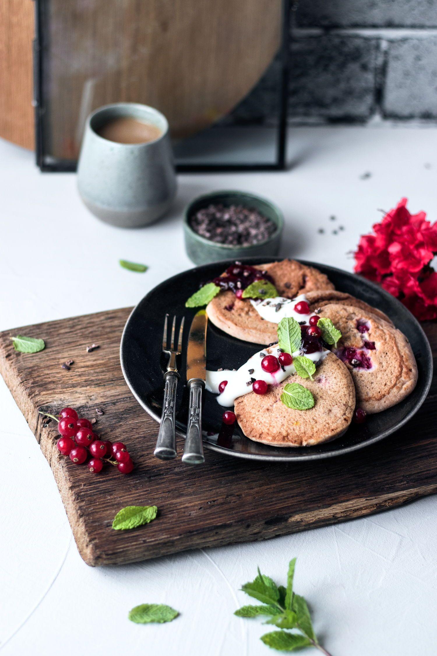 glutenfreie Johannisbeer-Pancakes ohne Eier und Hefe (vegan)