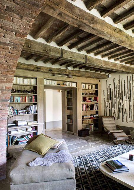 La concepcion de un librero division de espacios me parece atinadísimo porque además es amortiguador de ruido. El techo en vigas y madera es precioso e incluso la arcada