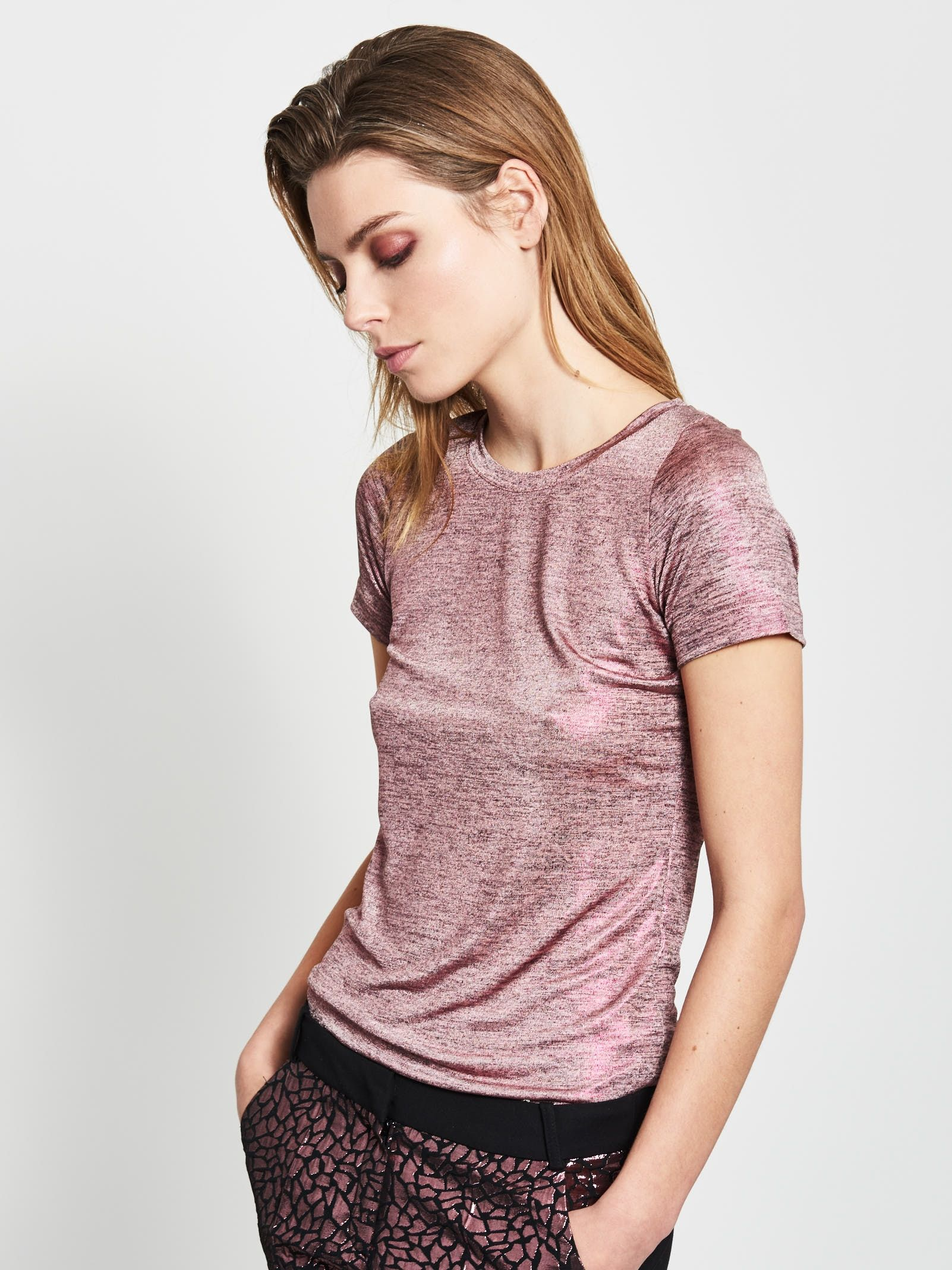 Bluzka w kolorze różowy melanż.  Materiał połyskujący, dekolt okrągły, rękaw krótki, prosta.
