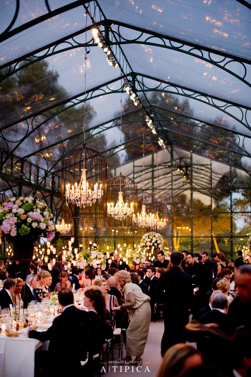Clical Wedding Tables With Chandeliers In A Gl Tent Por Tipica Mesas Clásicas