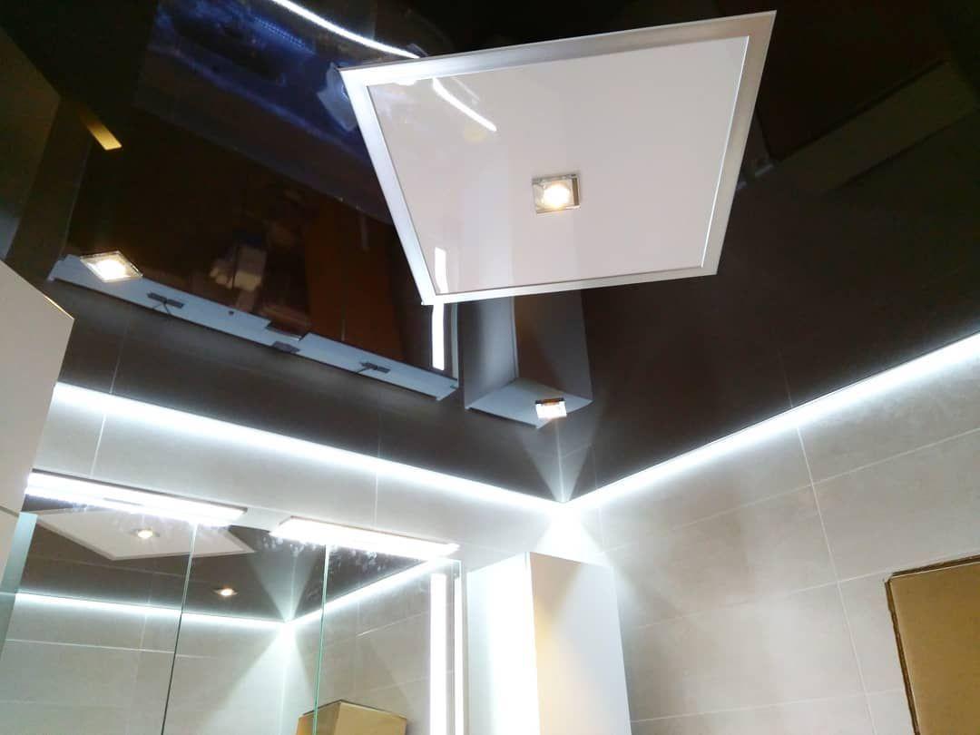 Spanndecke Von Plameco In Schwarz Hochglanz Mit Weisser Raute Und Indirekter Beleuchtung Dieses Badezimmer In Gla Indirekte Beleuchtung Beleuchtung Hochglanz
