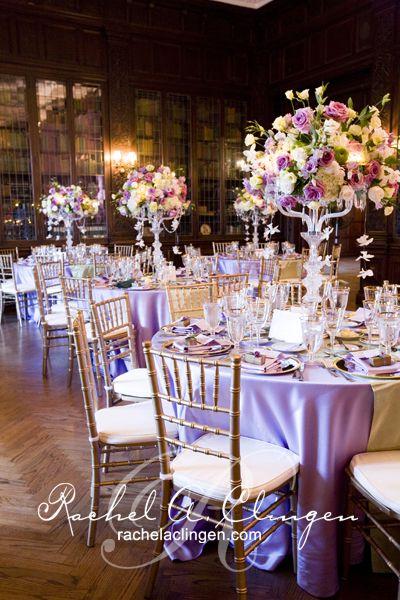 decoracion de recepción de boda con colores lila. | arreglos
