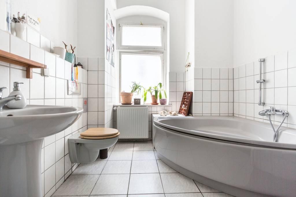 Wunderschönes Bad Mit Großer Badewanne Und Weißen Fliesen. #hell #modern  #luxus #
