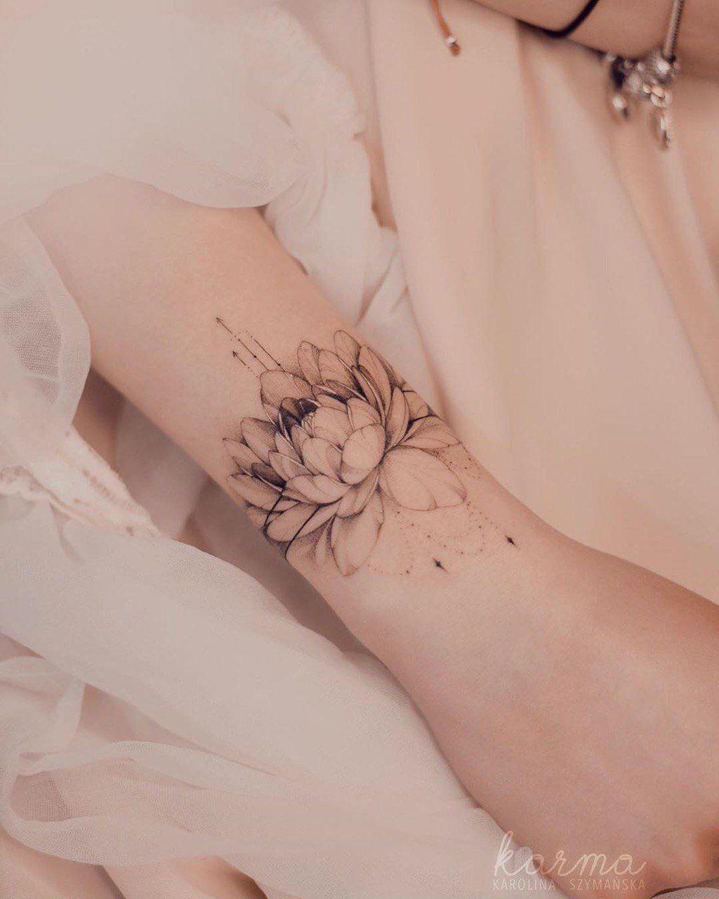 #polandtattoo#tattoopoland#warsawtattoo#tattoowarsaw#finelinetattoo#tattoofineline#fineline#flowerstattoo#handtattoo#girlytattoo