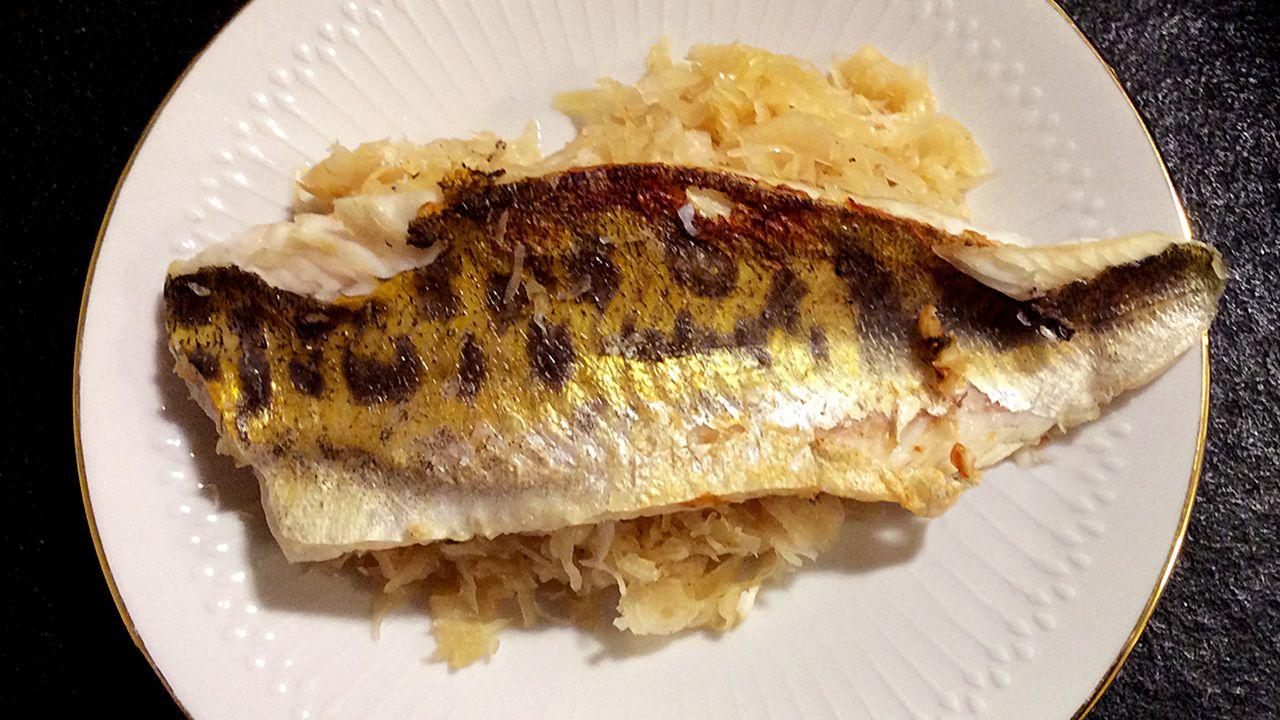 Zander hat festes, weißes Fleisch und ist die Grundlage für dieses besonders figurfreundliche Fischgericht mit einer gesunden Beilage aus Sauerkraut.