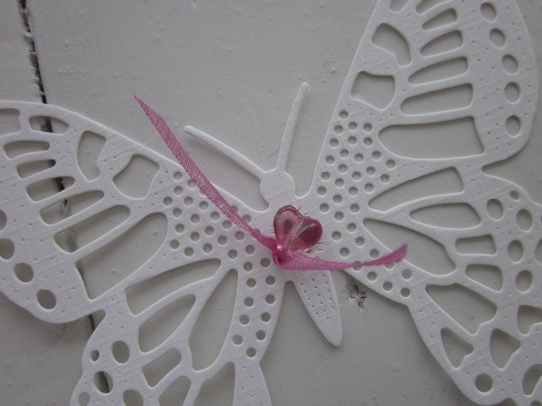 3D papieren vlinders in felroze en ivoor met passend design papier --- Leuk op de babykamer of als origineel cadeau. €17,95, via Etsy.