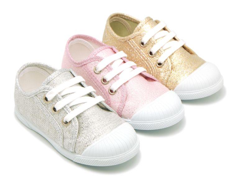 Tienda online de calzado infantil Okaaspain. Zapatilla de lona metalizada  en plata con cordones. 60c42526fa0